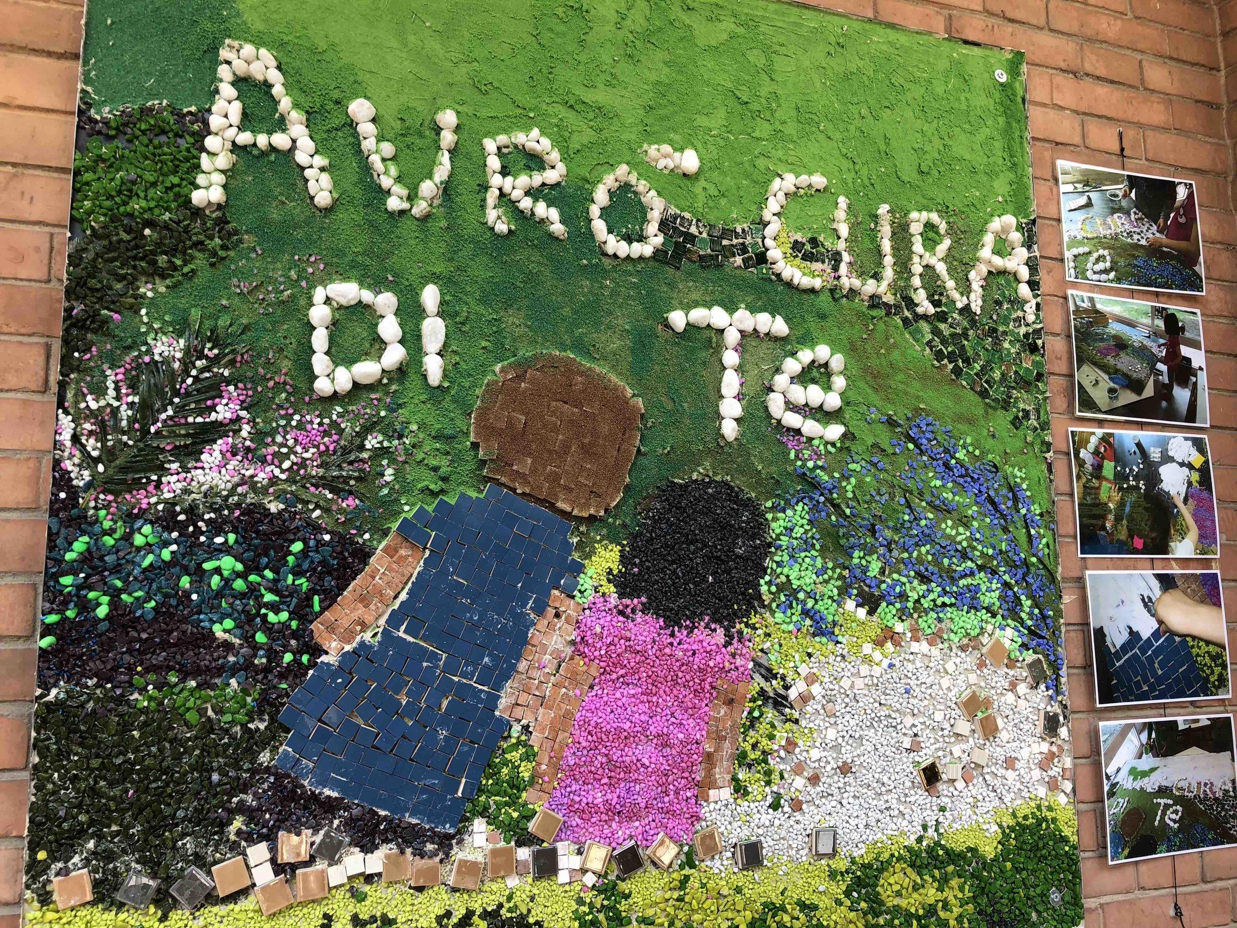 こちらは教会系(レッジョアプローチではない)園の園児が作成したモザイク画。いつも見守ってるよ、と言ったメッセージで、今年のテーマだそうです。