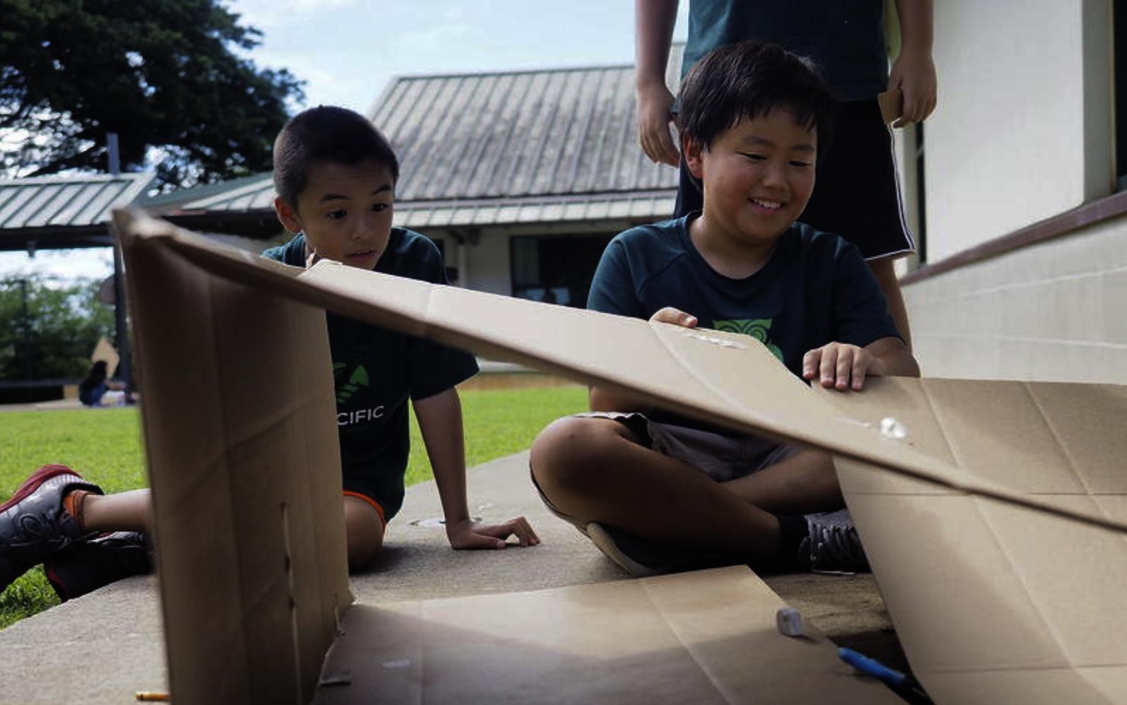 ハワイの課題を表現する作品作りに取り組む子供達 (出典:ミッド・パシフィック・インスティチュート公式サイト)