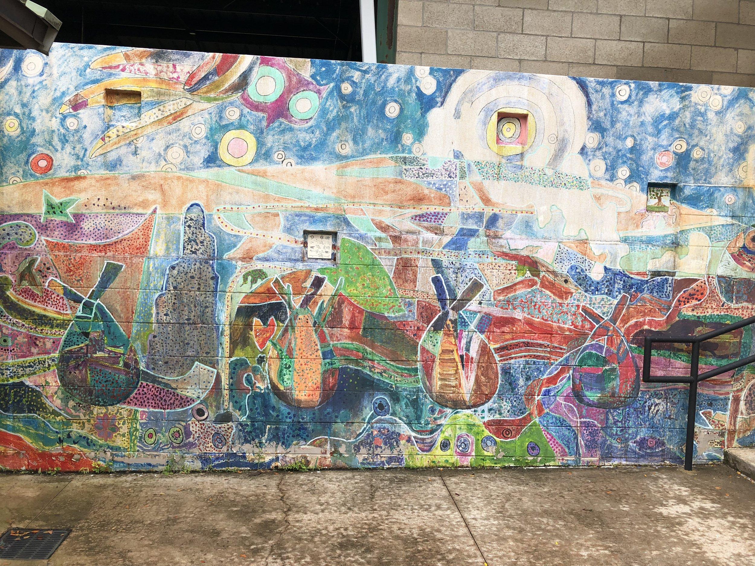 幼稚園の子供達が現地のアーティストと完成させた壁画