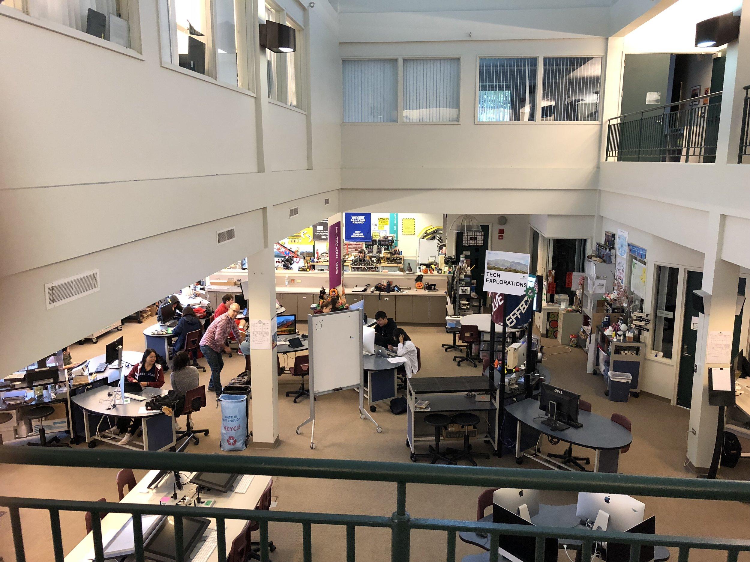 スタンフォード D スクールにインスピレーションを得たという テックセンターでは、学生達が随所で異なった活動を行なっていた