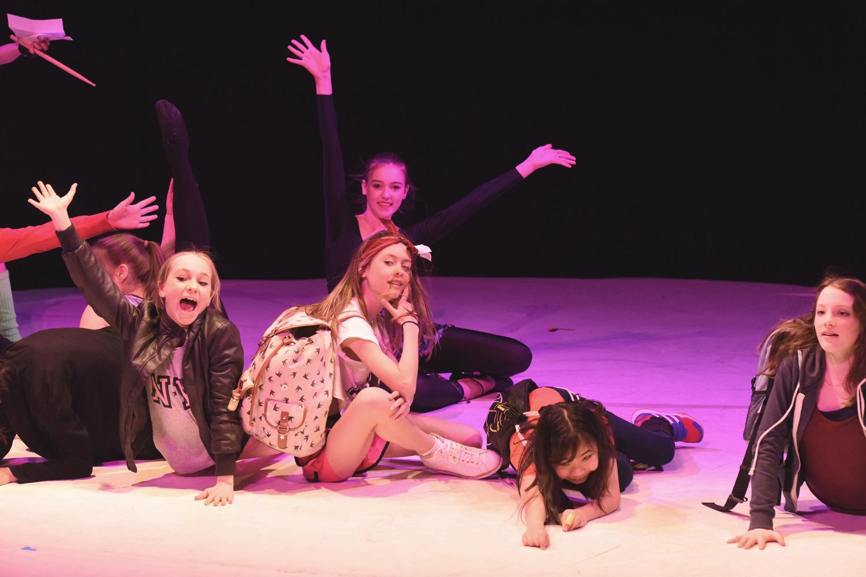 Teenager in bunten Kostümen - Aufführung Musical Fame