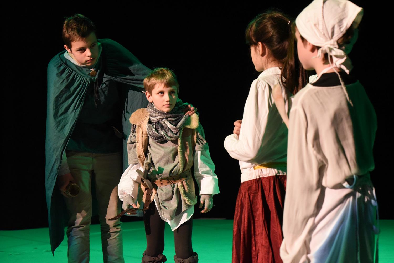 Kinder in Kostümen auf Bühne
