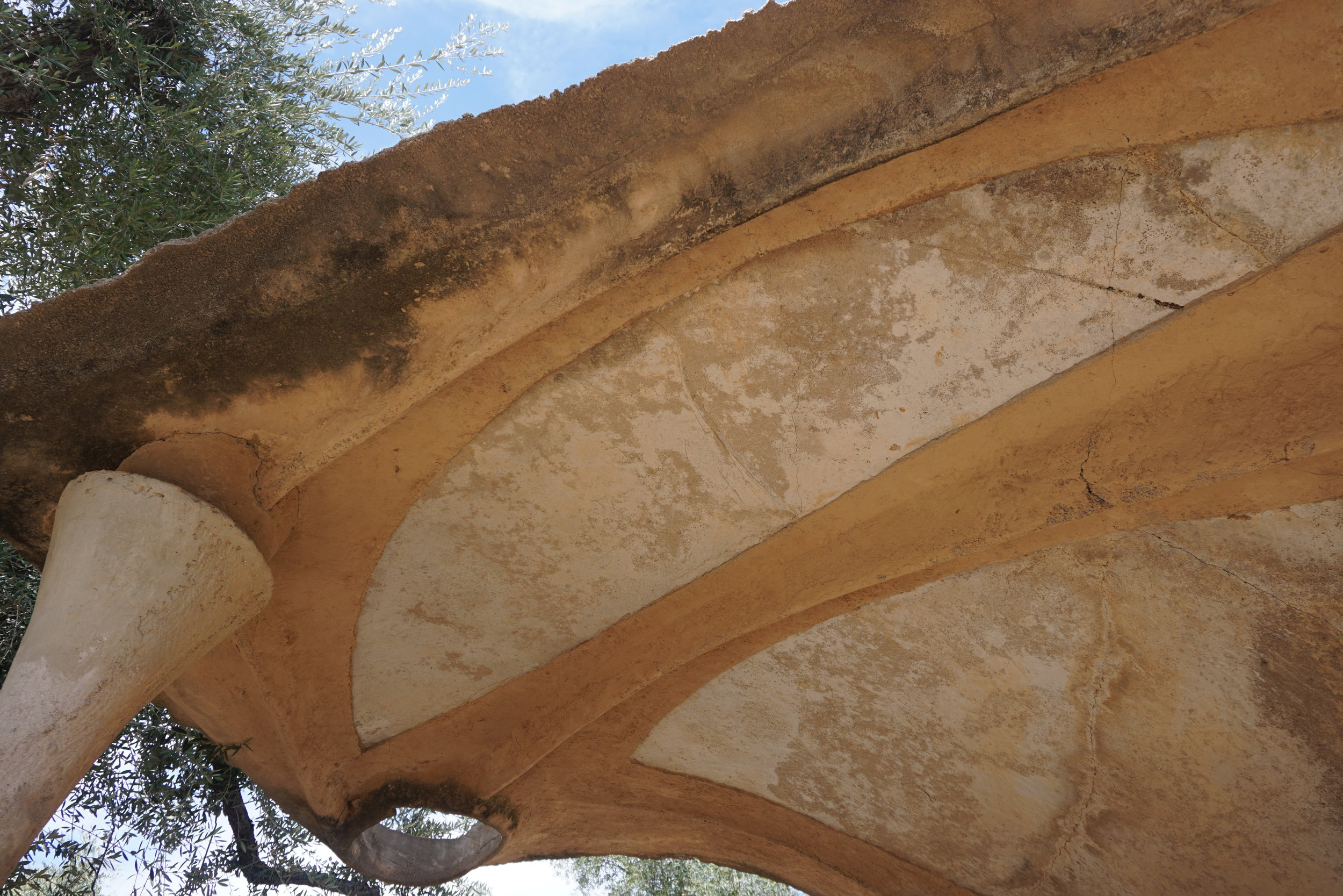 The forms on the underside were created by digging channels on the ground surface after the general form was done.