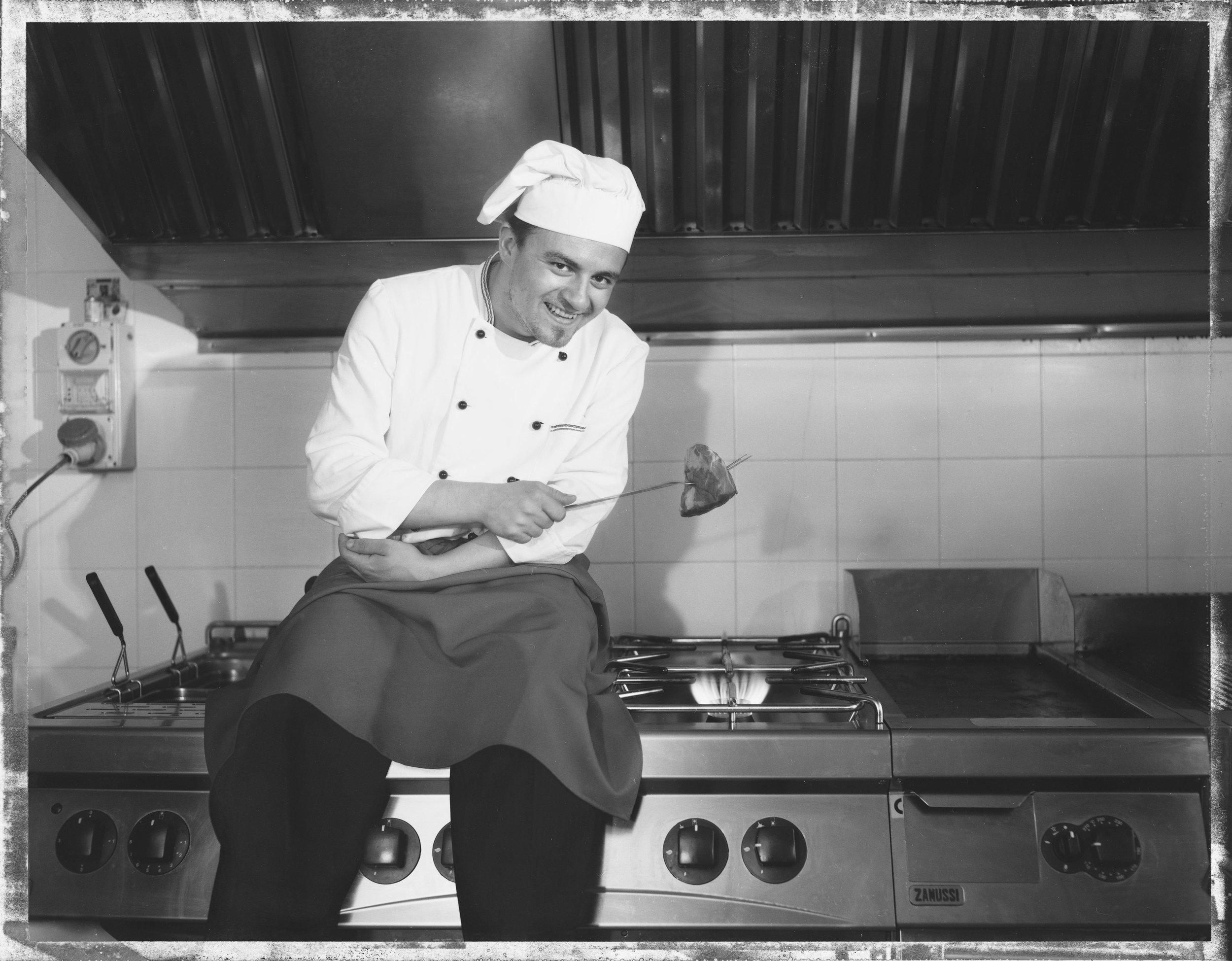 Gabriele Giacomucci - nasce a Cagli nel 1982, si diploma all'istituto Alberghiero è giovanissimo inizia a lavorare ai fornelli di rinomati ristoranti della capitale del tartufo Acqualagna. Nel 2006 apre il suo ristorante La Gioconda a Cagli dove riscuote il suo massimo successo e nel 2008 diventa ristorante d'oro per la guida dei ristoranti di Veronelli, nel 2010 la sua cucina viene premiata come Big Gourmet (grande rapporto qualità-prezzo) per la guida Michelin, a seguito anche la guide Touring e gambero rosso selezionano la cucina dello chef.