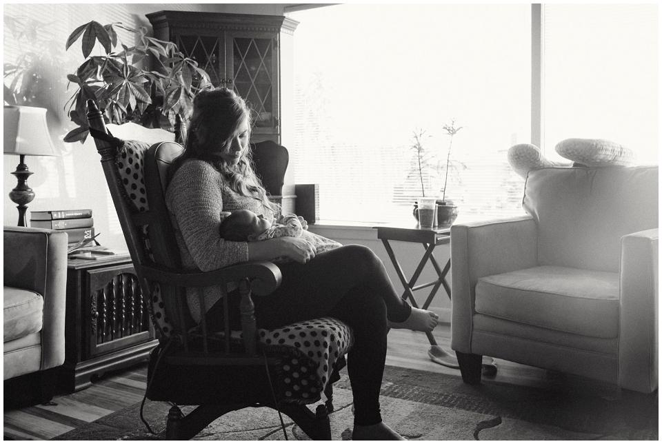 mother-holding-newborn-baby-skagit-county-photographer.jpg