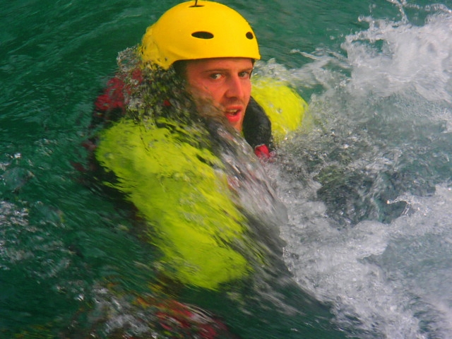 Tara River 2017: Yellow helmet is much easier to see