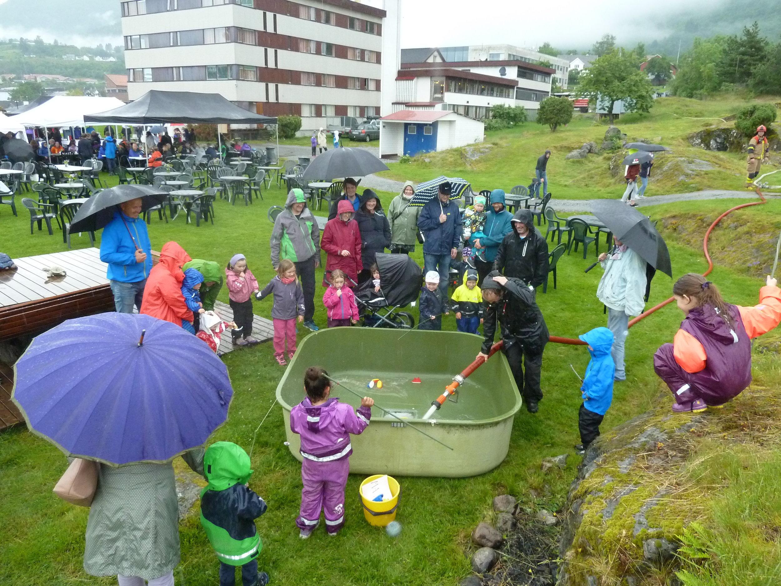 ... og ungane nytta både rebus, kjegleleik og fiskedam.