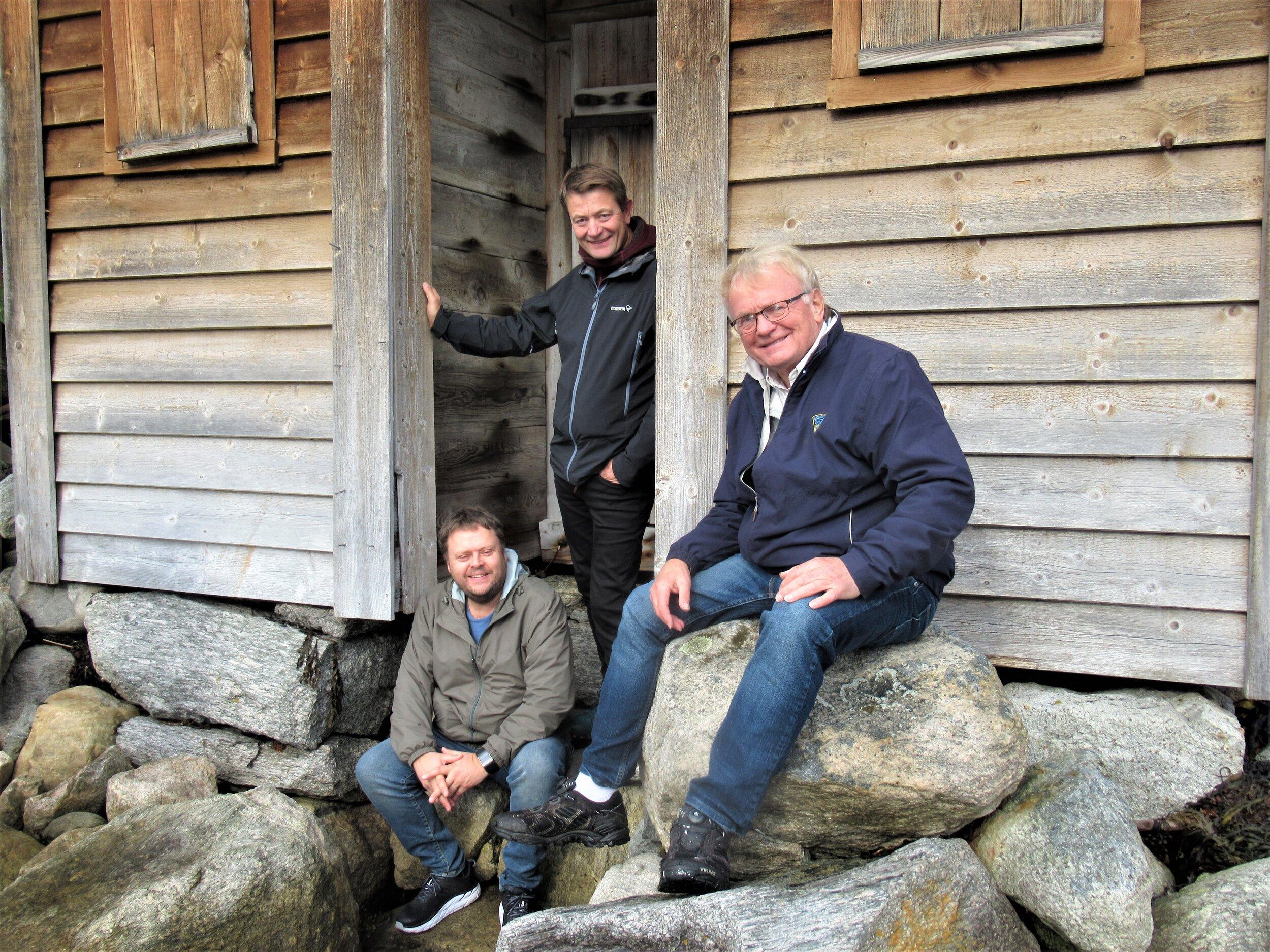Direktøren for kulturminnefondet fekk omvising rundt om på Leikanger saman med Systrond Sogelag. Her utanfor det gamle badehuset på fylkesmannsgarden fv. Kjell Arne Valvik, Simen Bjørgen og Knut Henning Grepstad.