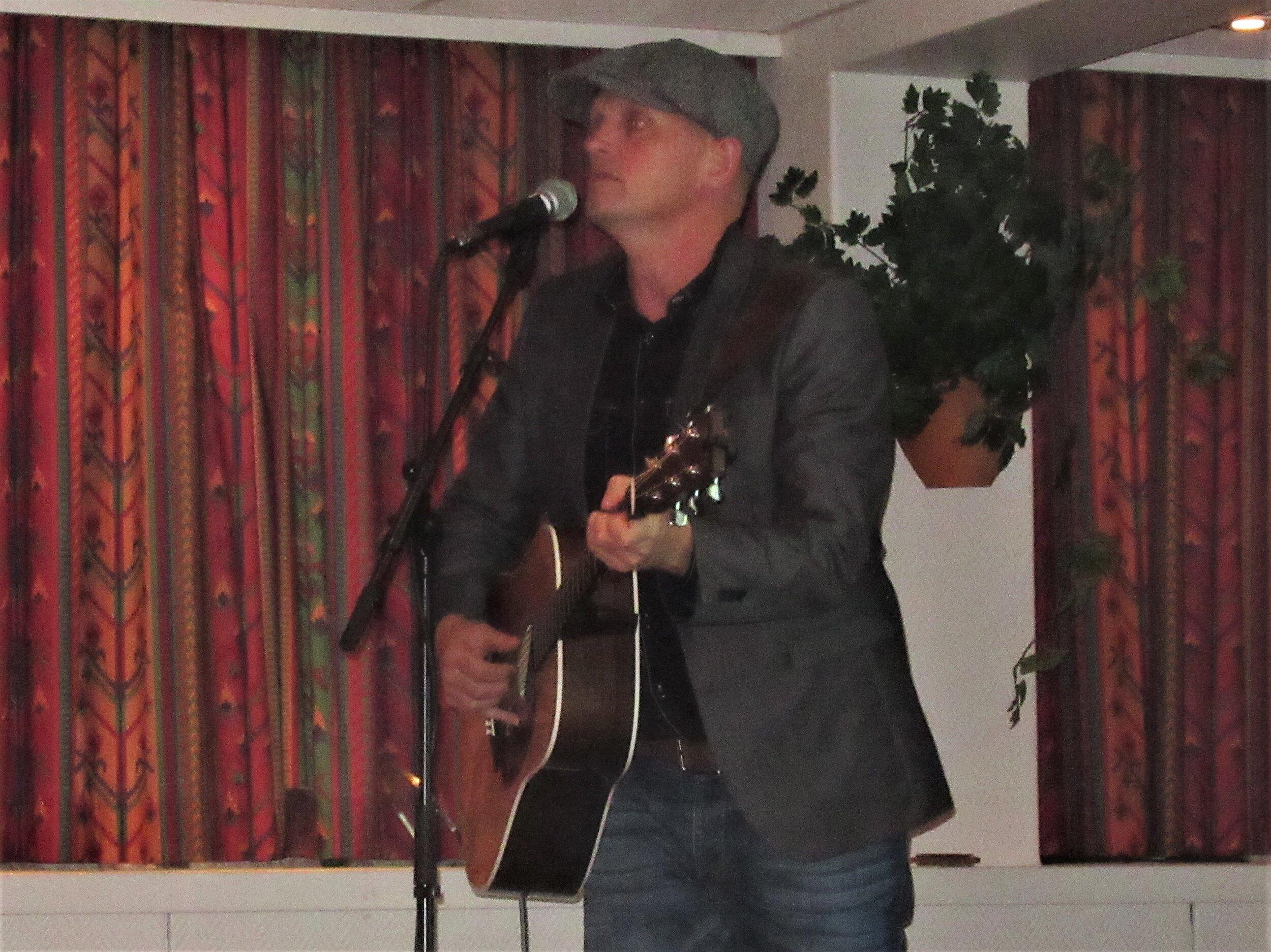 Gunnar Yttri skapte god stemning i salen med singitar, munnspel og songstemme