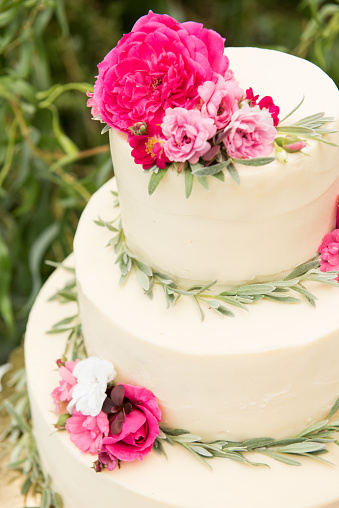 pink-flowers-wedding-cake.jpg