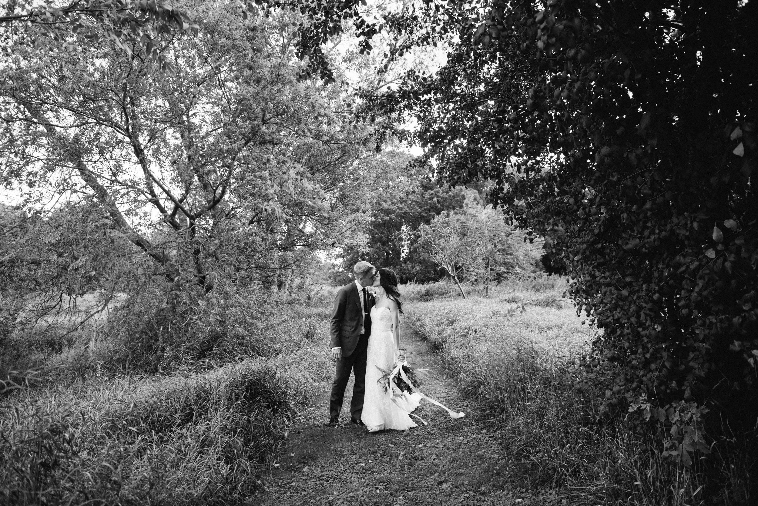 bride-groom-nature-photography-black-white