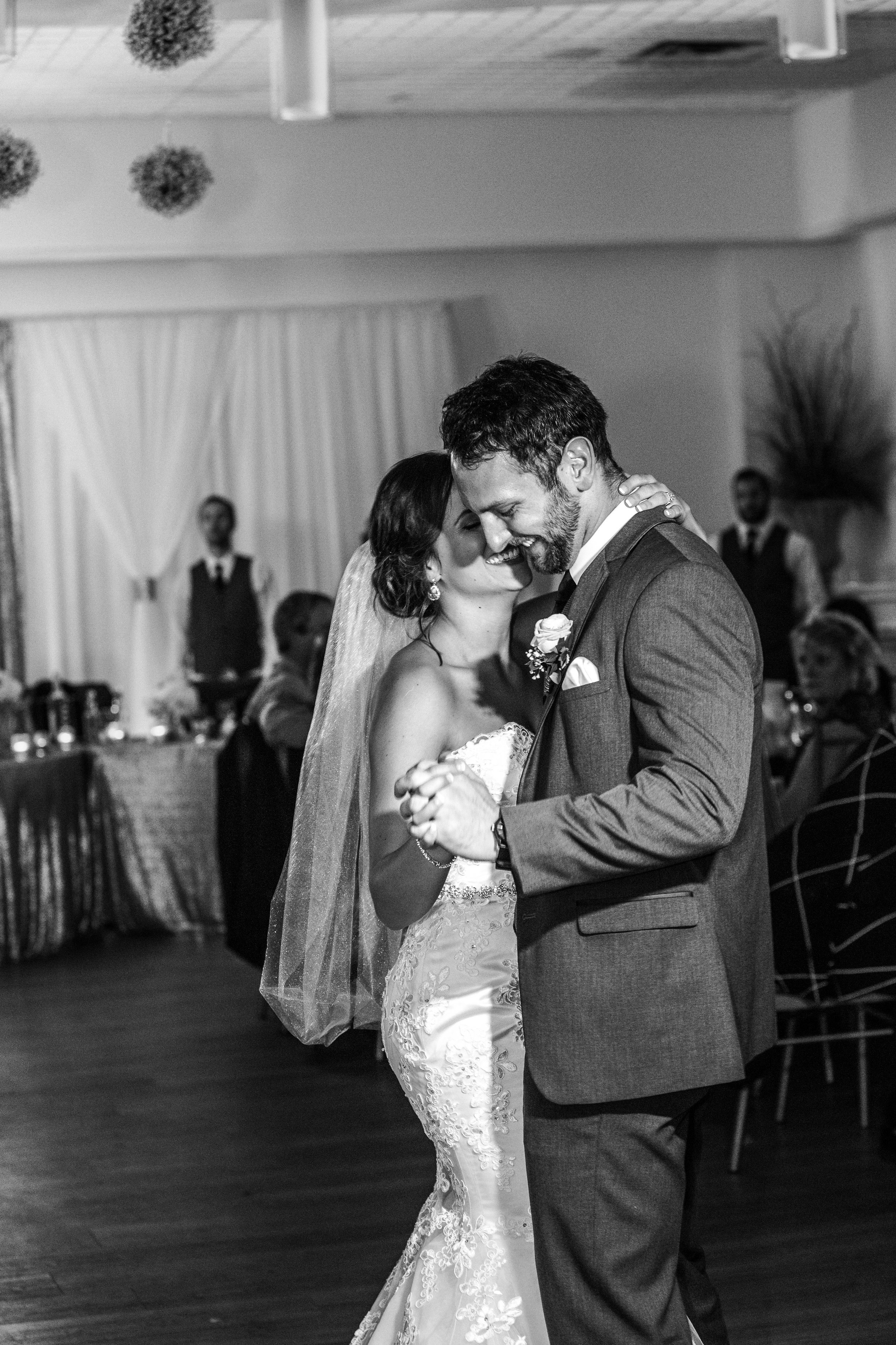 bride-groom-wedding-firstdance-black-white