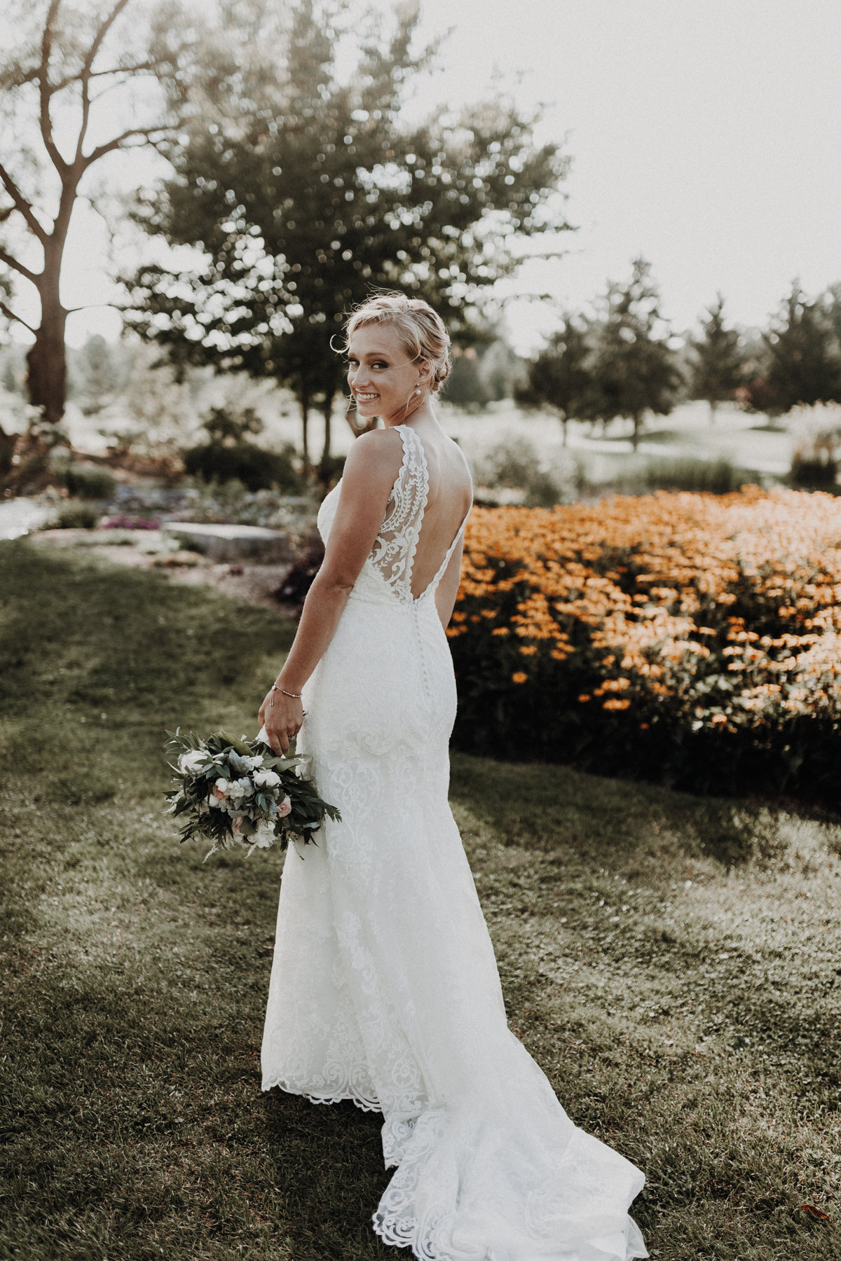 golfcourse_wedding_bride_lacedress_lowback.jpg