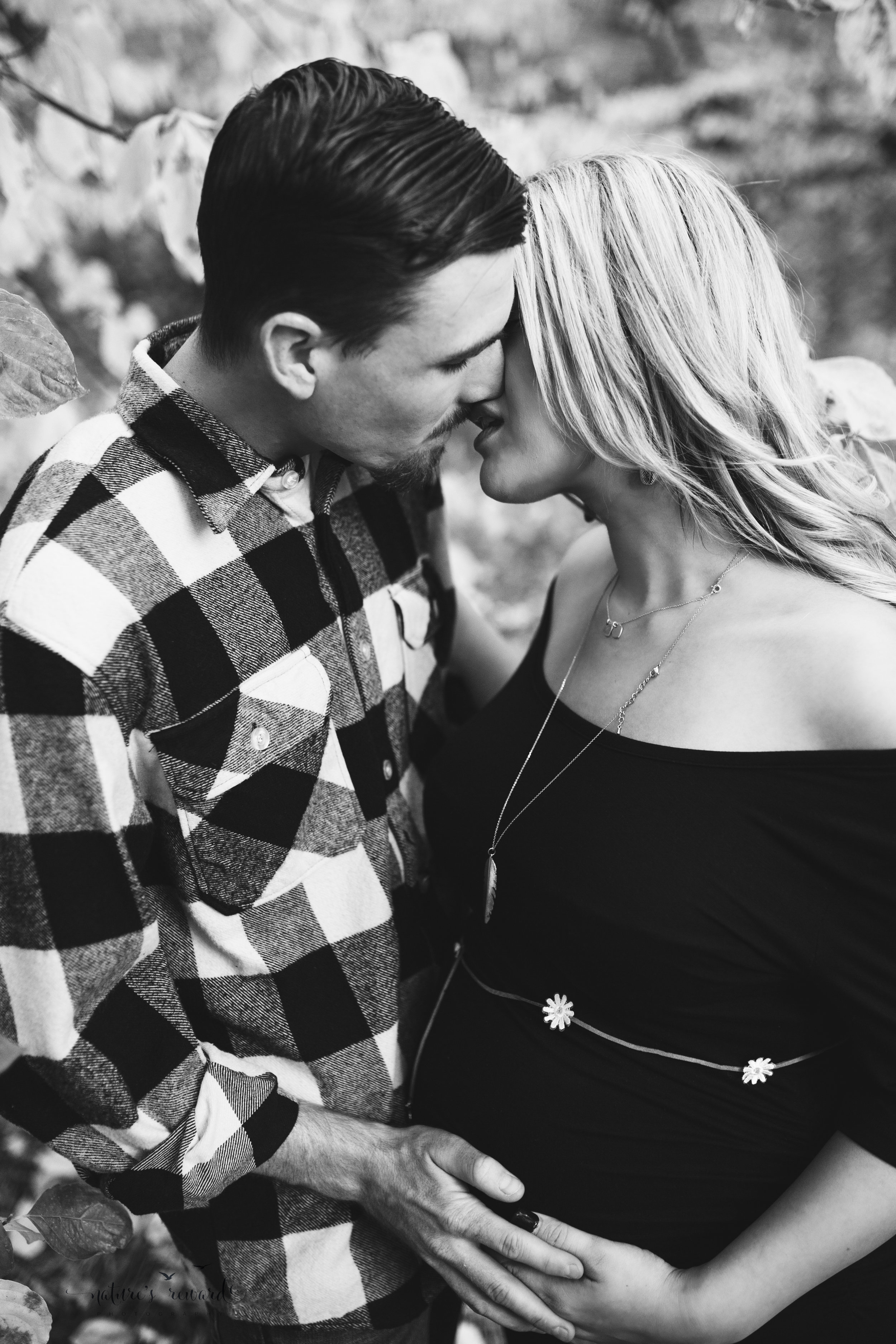 And this moment! OMG it is hot the blog! It started kiss! And I love these moments during a maternity session! <3