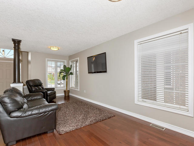 81 Soverigns Gate Barrie ON-MLS_Size-007-11-Living Room-640x480-72dpi.jpg