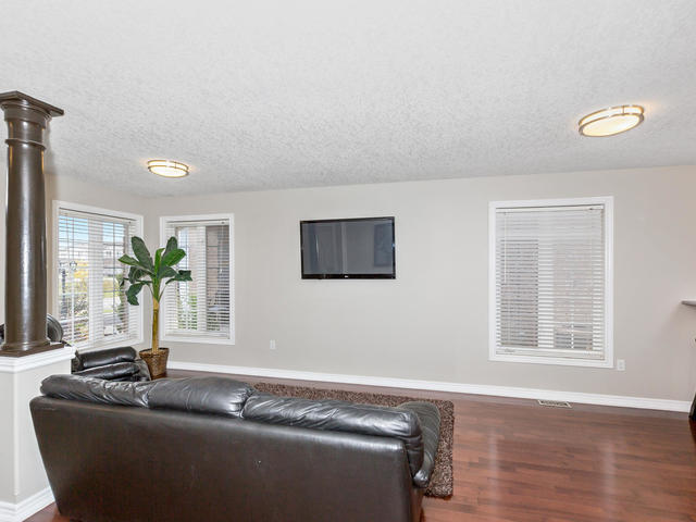 81 Soverigns Gate Barrie ON-MLS_Size-009-8-Living Room-640x480-72dpi.jpg