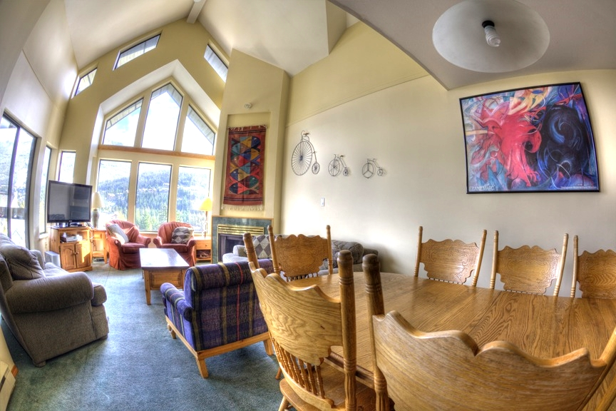 Ravenscrest East Dining Area - Ride On Whistler