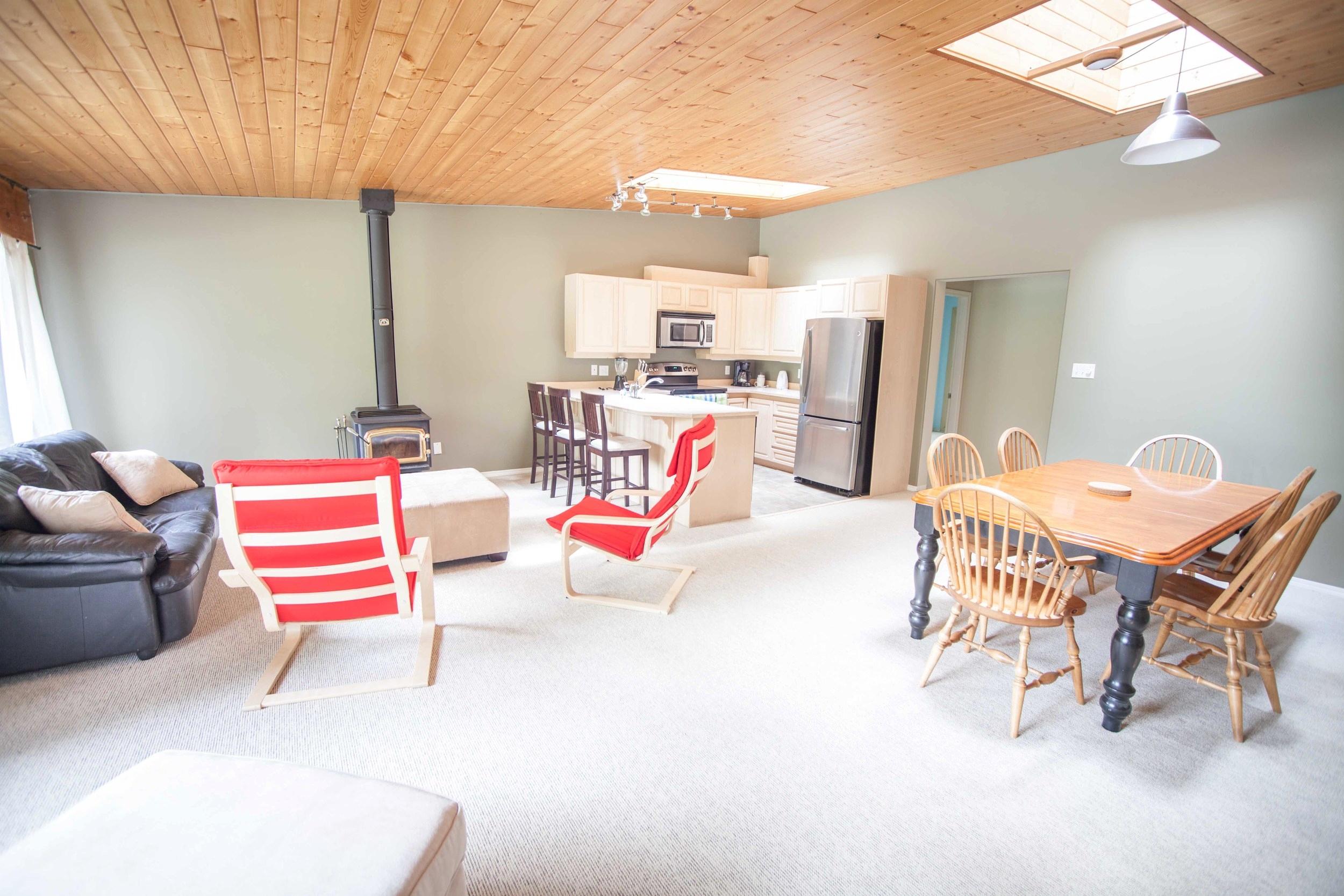 Tapley's Cabin Living Room - Ride On Whistler