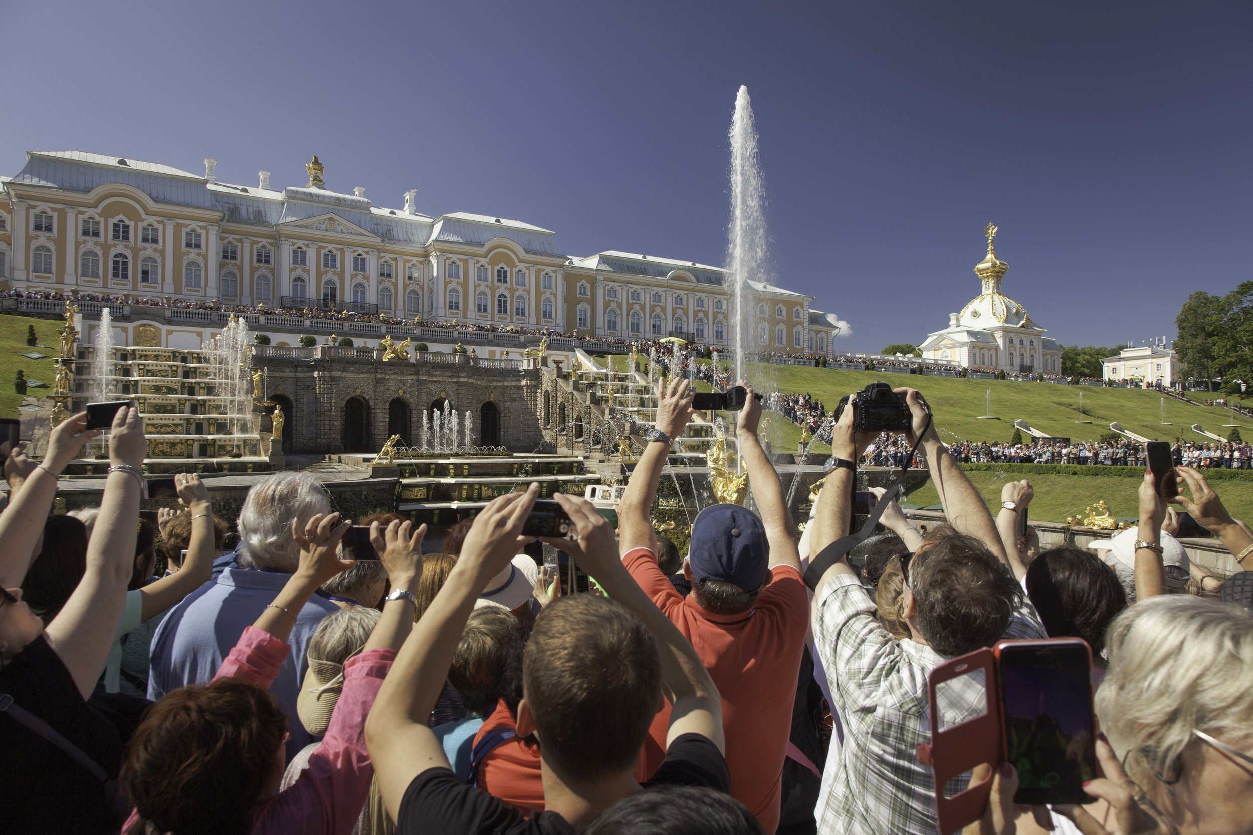 Crowds of tourist jostling to photograph the fountains at Petergof