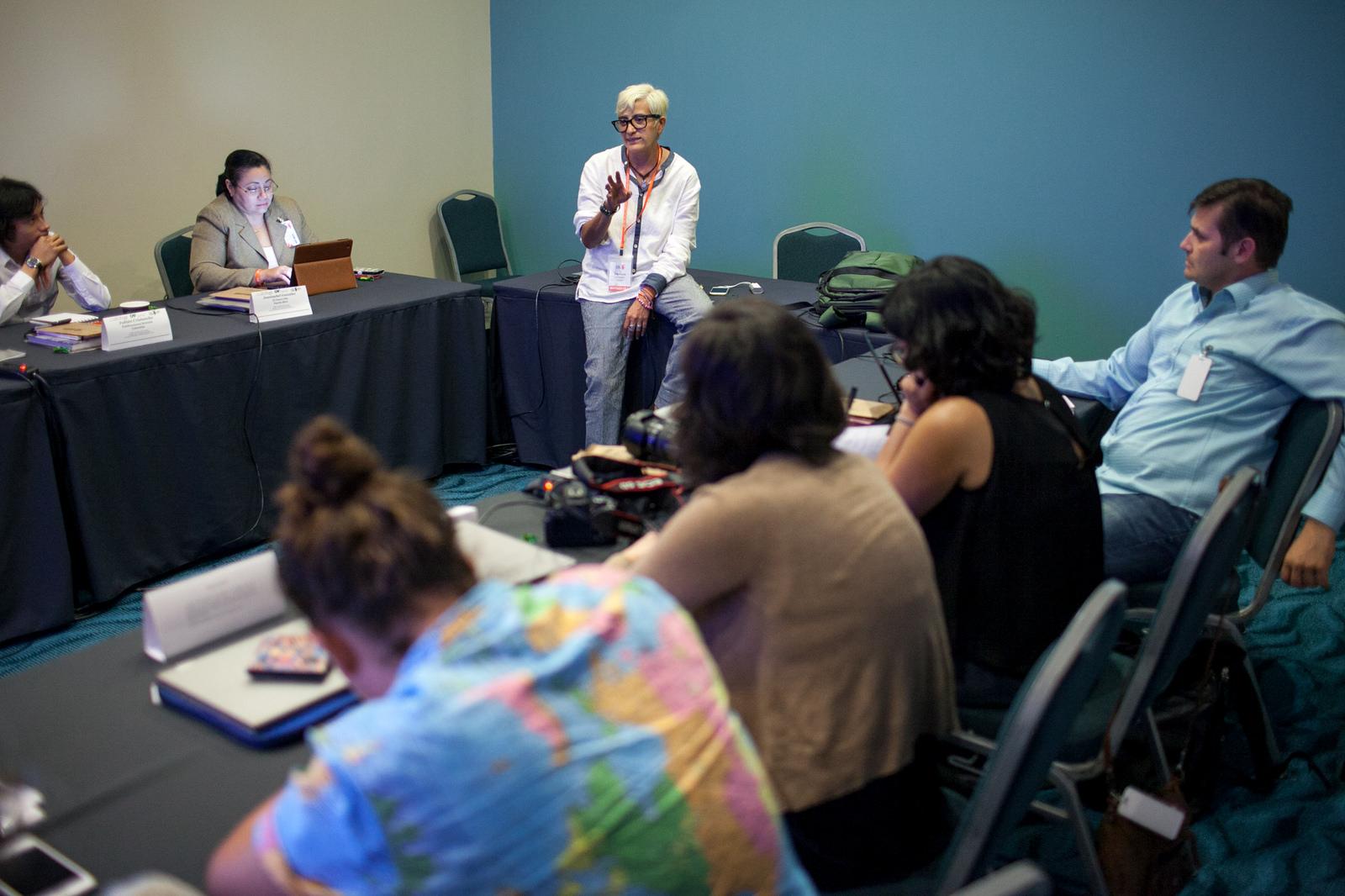 Olga Lucía Lozano instruye a los periodistas. Foto suministrada. Alberto Bartilomei/FNPI.