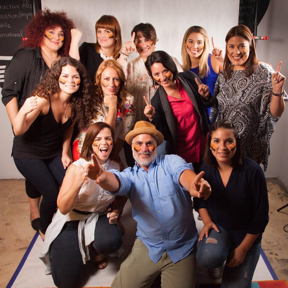 El equipo de Ad-diction junto a Marilú Otero, Vicepresidenta Ejecutiva de la Asociación Productos de Puerto Rico (centro); Carolina Rufat, maquillista profesional (extrema izquierda) y varias de las modelos de la campaña de Hecho en Puerto Rico.  (Suministrada)
