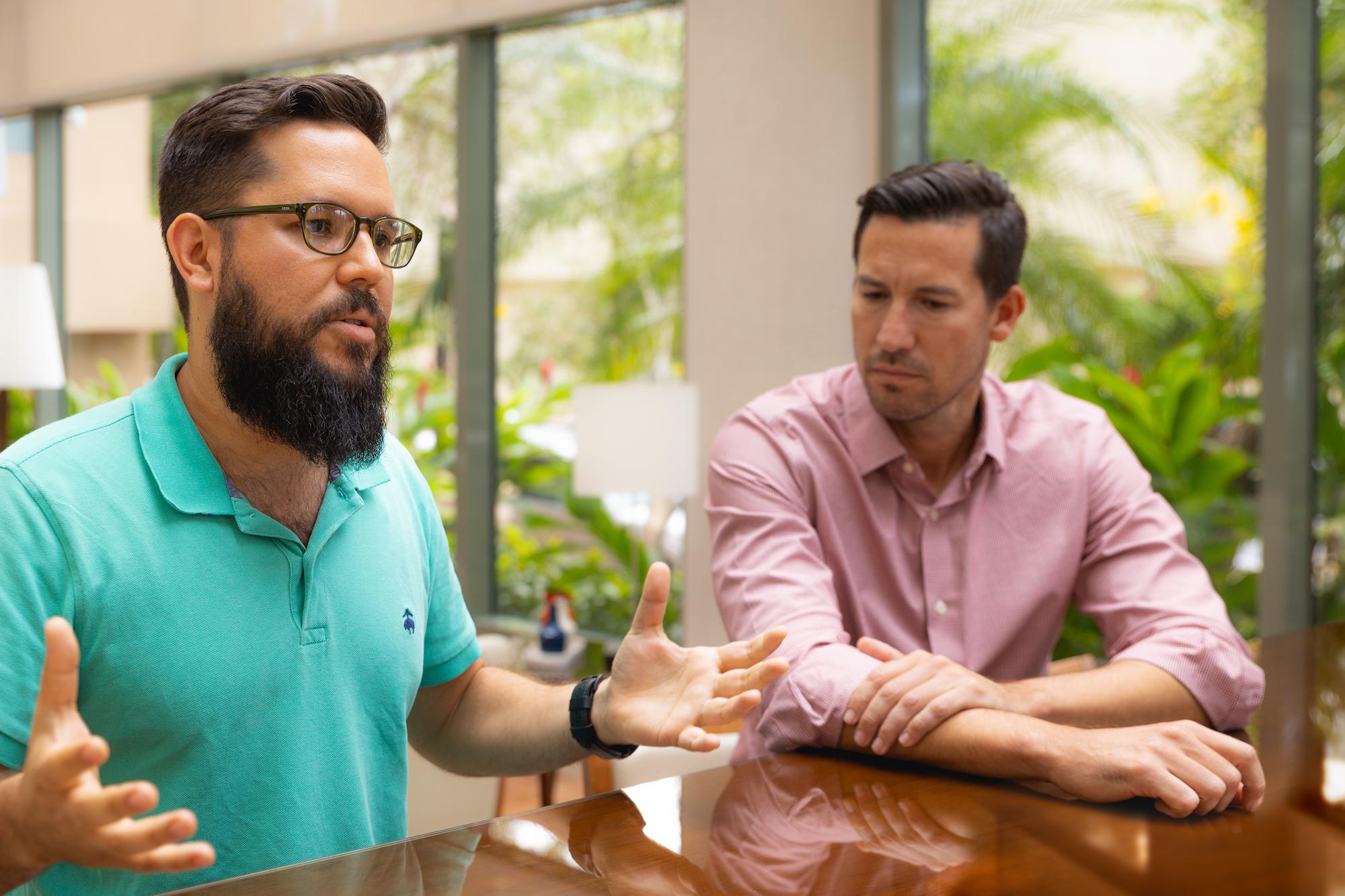 Arturo Pérez, director creativo asociado de Young and Rubicam Puerto Rico, junto a Edgardo Rivera, CEO de la agencia DDB Latina Puerto Rico.