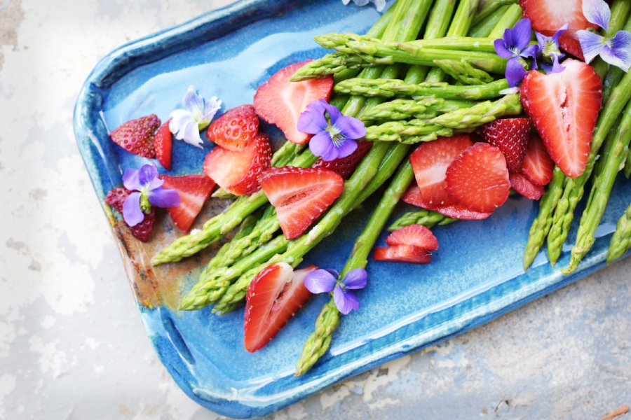 strawberries with asparagus an violets5.jpg