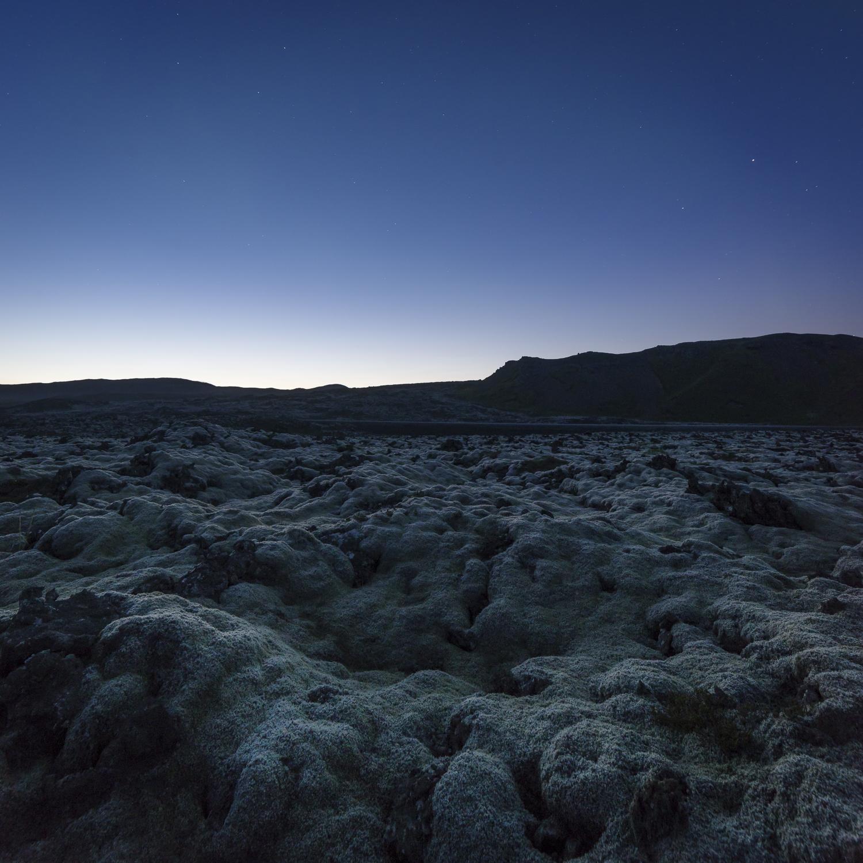 De lavavelden rondom Grindavik, 12 uurs 's nachts.