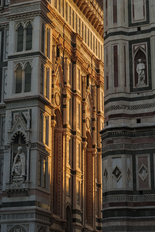 De een stukje voorgevel van de Cattedrale di Santa Maria del Fiore, met rechts de Giotto's Campanile en daartussen,de warme zonnestralen.