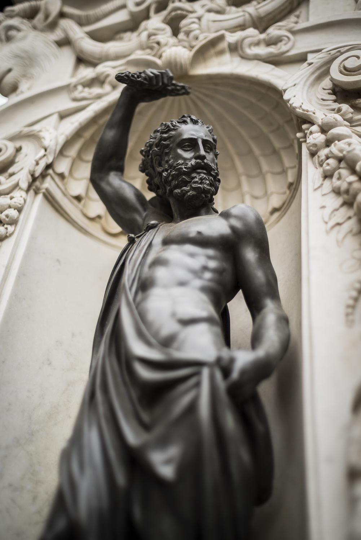 Een beeltenis van Zeus op de sokkel van een bronzenbeeld van Perseus.