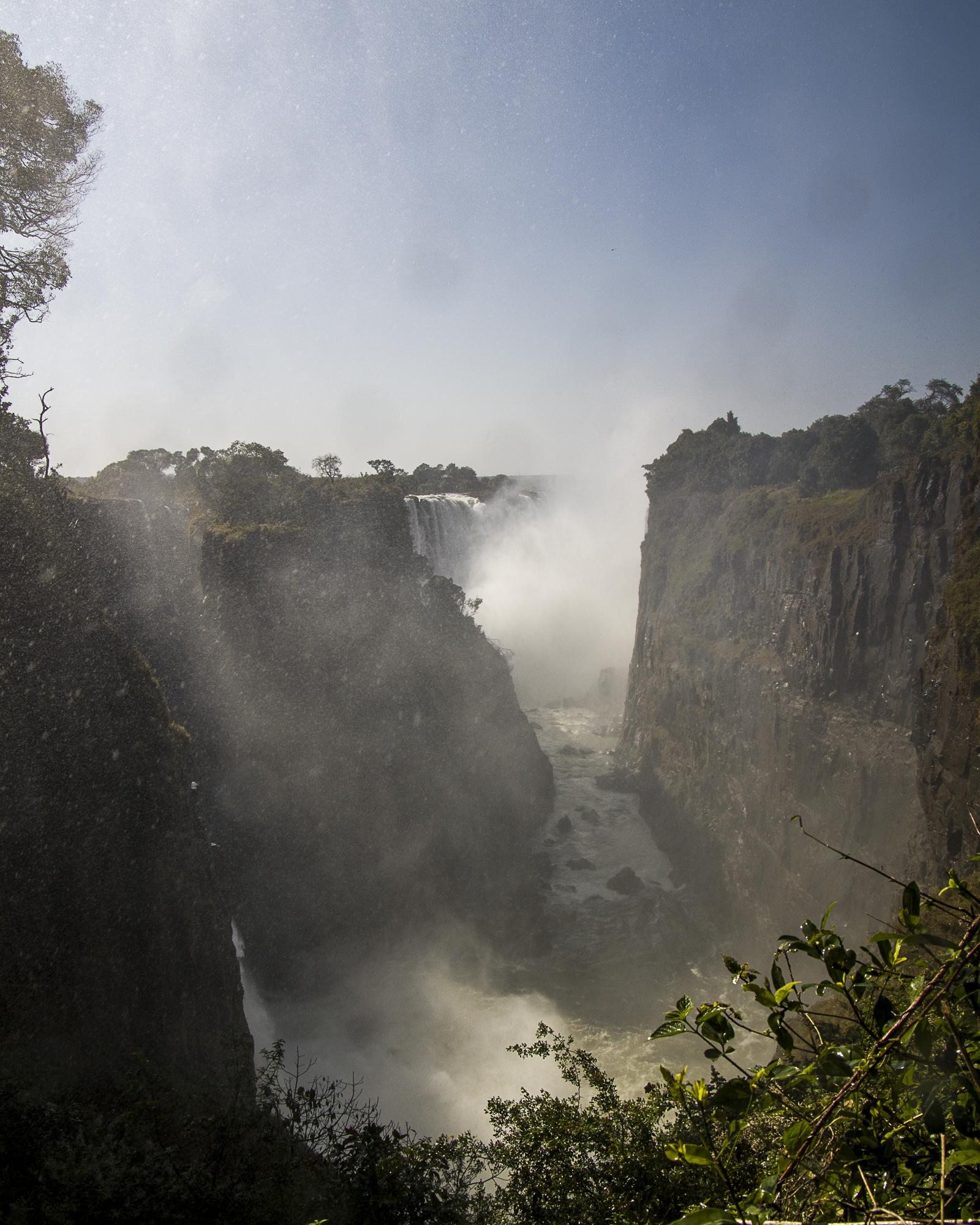 Victoria Falls. Zimbabwe rechts, Zambia links.