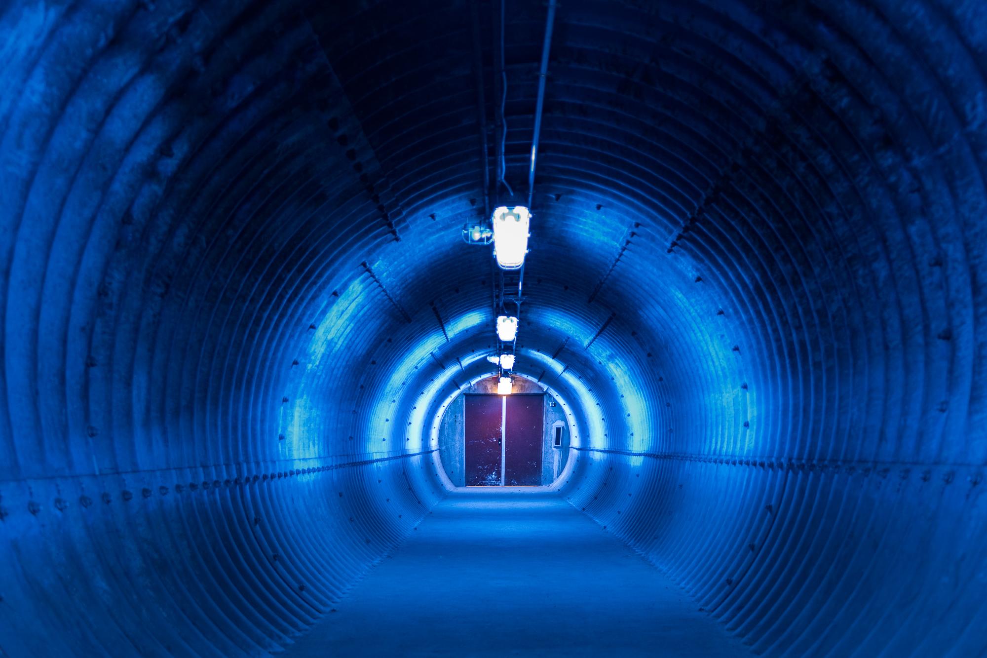 Lichtkunst in een tunnelbuis.