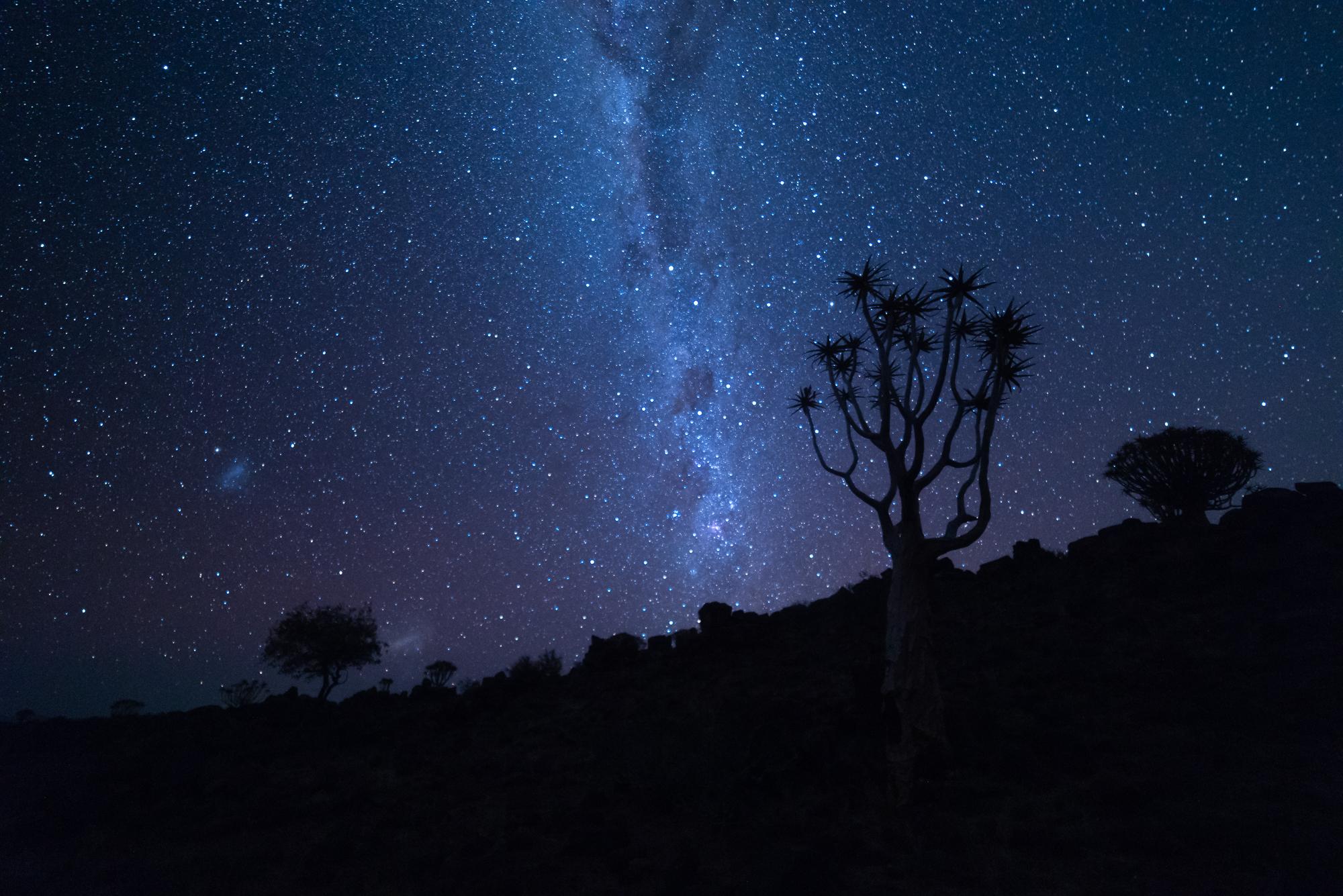 Ons sterrenstelsel: De Melkweg. Net boven de horizon zijn de kleine en grote Magelhaense wolken te zien