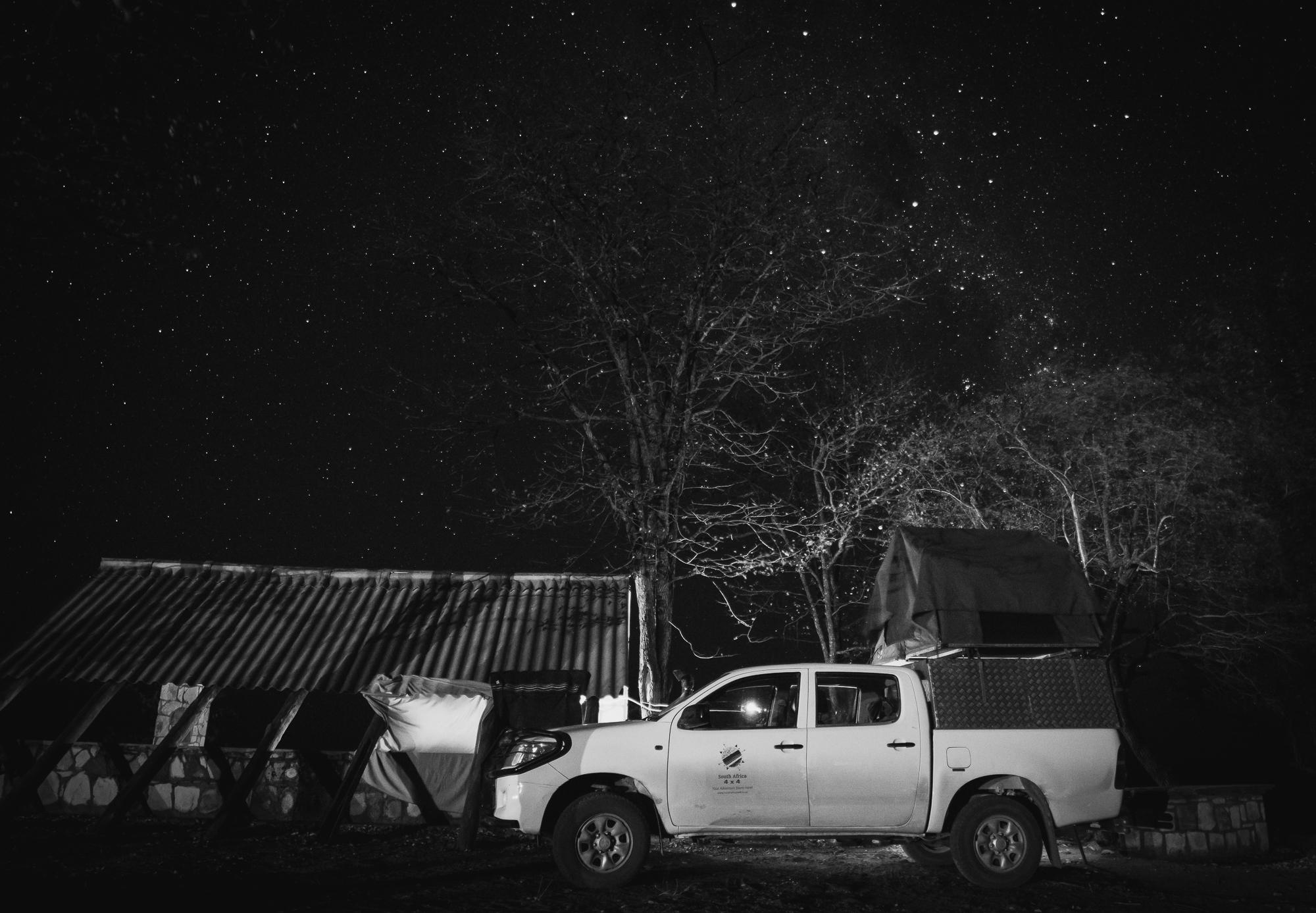 De Toyota Hilux in Sinamatella camp, Zimbabwe