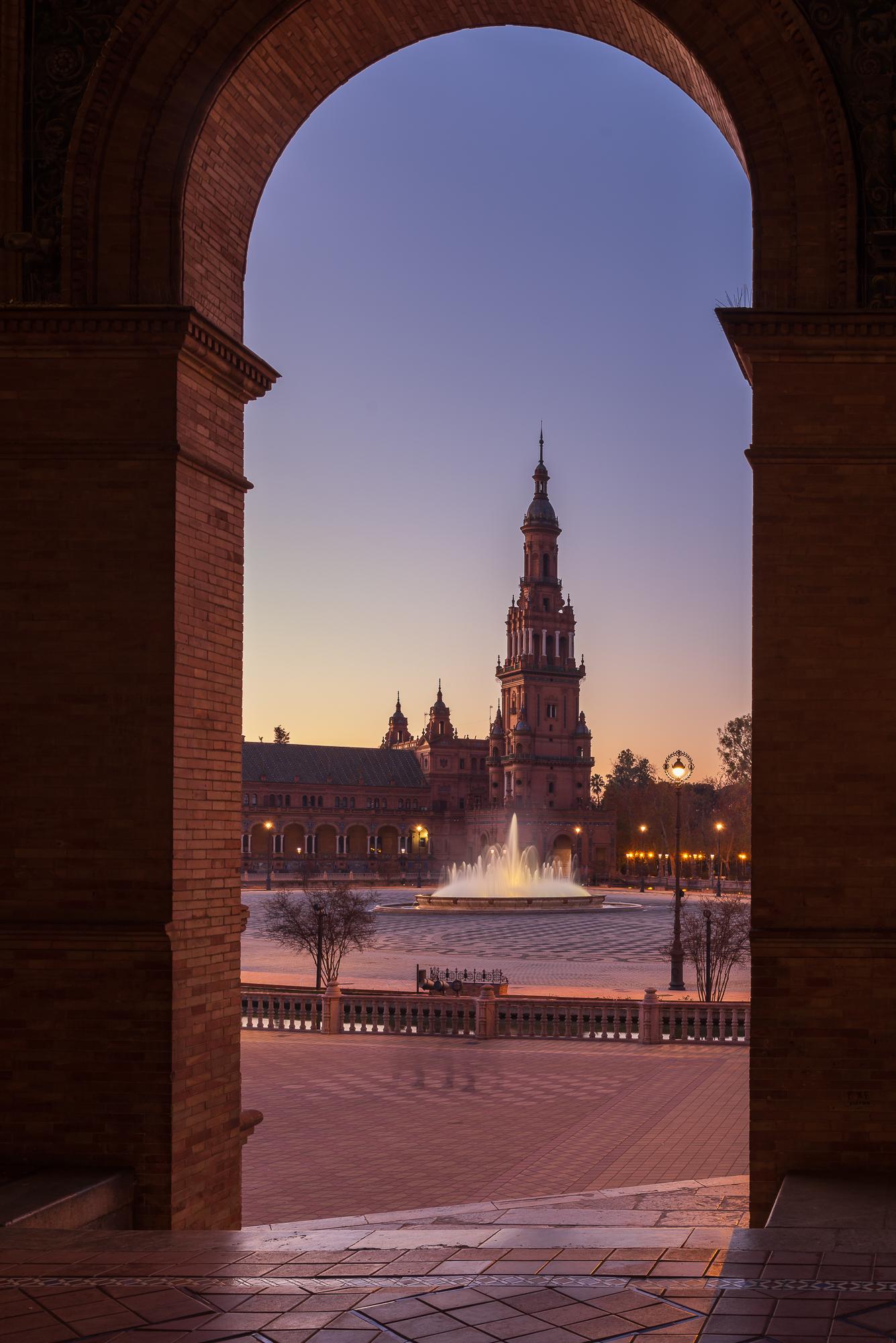 Een foto in een foto. Fontein en toren van het Plaza de Espana