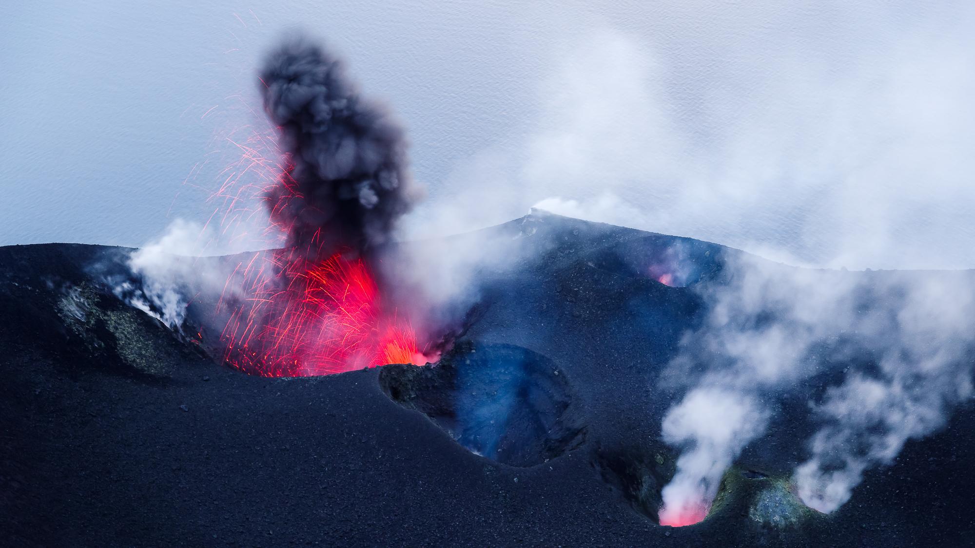 As en magma worden uit de vulkaan geworpen