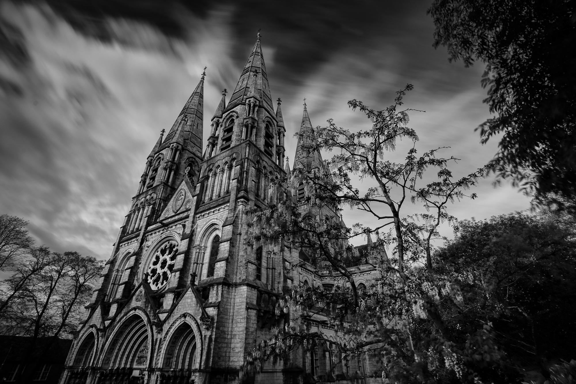 Foto met een lange sluitertijd van de Kathedraal St Finn Barre