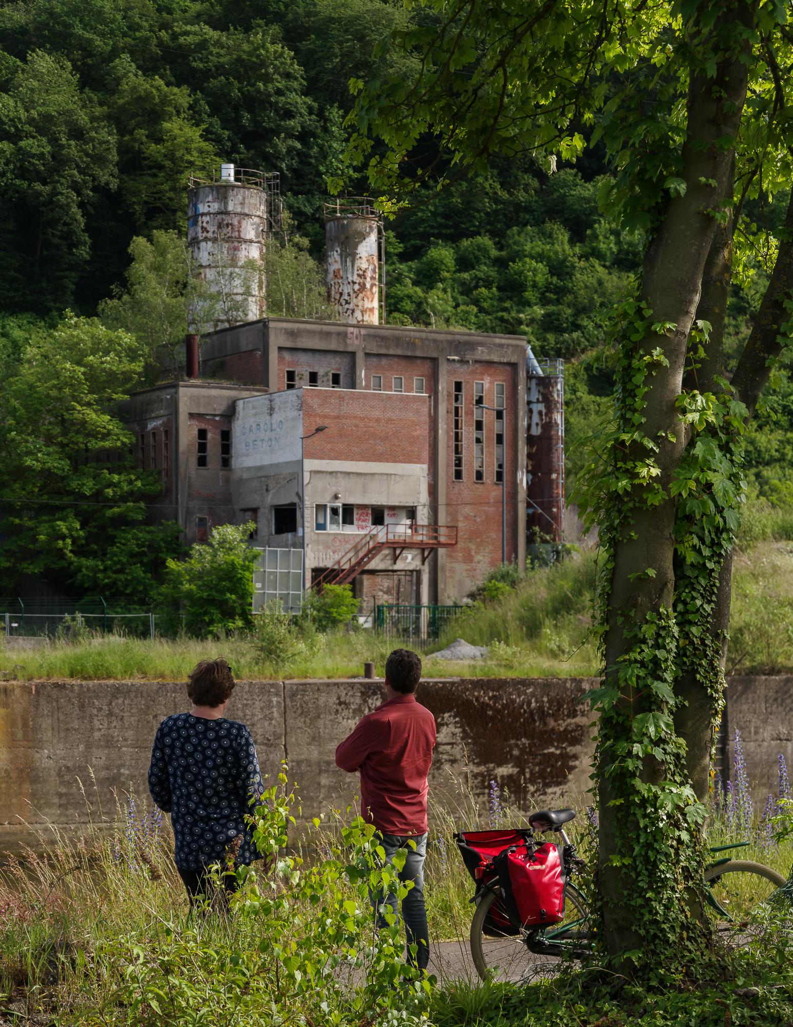 Aanschouwen van een oude fabriek