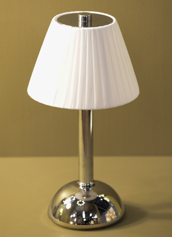 Estro è.moon cordless table light with fabric shade
