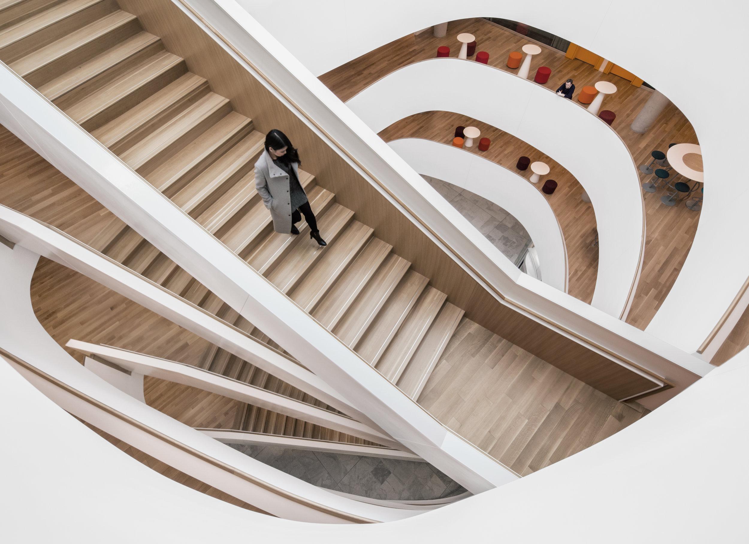 Ericsson Canada – Complexe corporatif et Centre R&D   Projet de 24 650 m² comprenant deux édifices de bureaux, l'un de cinq étages et l'autre de trois. Ces deux bâtiments principaux sont liés par un rez-de-chaussée d'un étage qui abrite des espaces communs tels que des salles de réunion, une cantine, un café, une garderie et d'autres commodités. Une structure de stationnement étagé de quatre niveaux complète l'ensemble.  Certifié LEED NC Or  Best of Canada Design Awards – Institutional [2017], Canadian Interiors  Prix INOVA – Commercial + 50 000 pi2 [2016], Institut de développement urbain du Québec