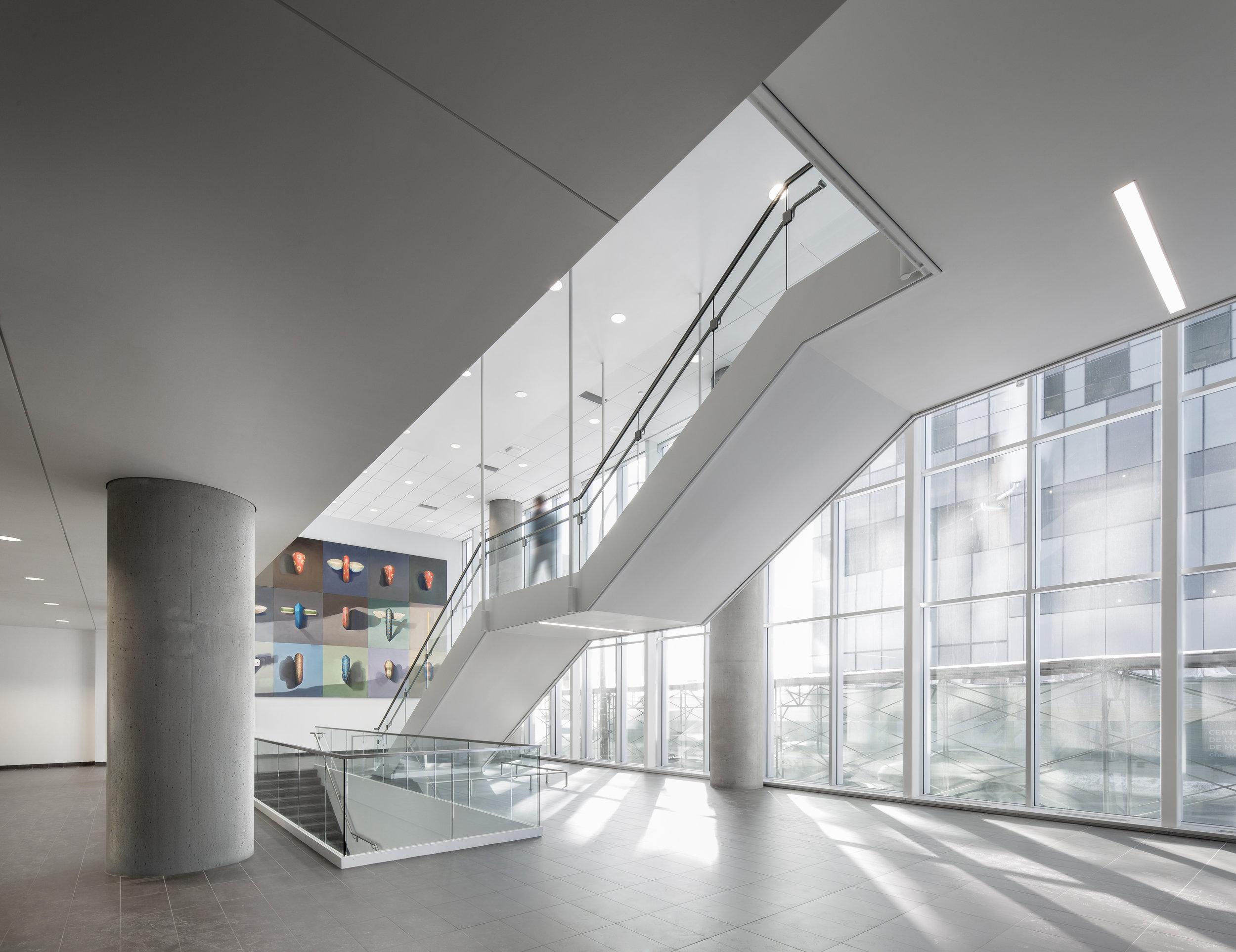 Centre de recherche du Centre hospitalier de l'Université de Montréal [CRCHUM]   Complexe à la fine pointe de la technologie, composé de deux bâtiments de 5 et 15 étages, situé au centre-ville, entre le Quartier latin et le Vieux-Montréal. Il abrite un centre d'enseignement intégré, des activités de recherche clinique et de recherche fondamentale, une animalerie, des laboratoires, des bureaux, une agora, un amphithéâtre, une garderie et un cyclotron.  Certifié LEED NC Or  Prix d'excellence – Meilleur projet immobilier [2014], Institut du développement urbain du Québec  Prix ARMATURA – Institutionnel [2012], IAAQ   Partenaires : Jodoin Lamarre Pratte et Associés Architectes, Lemay et Associés Architectes, NFOE et Associés Architectes, Parkin Architects