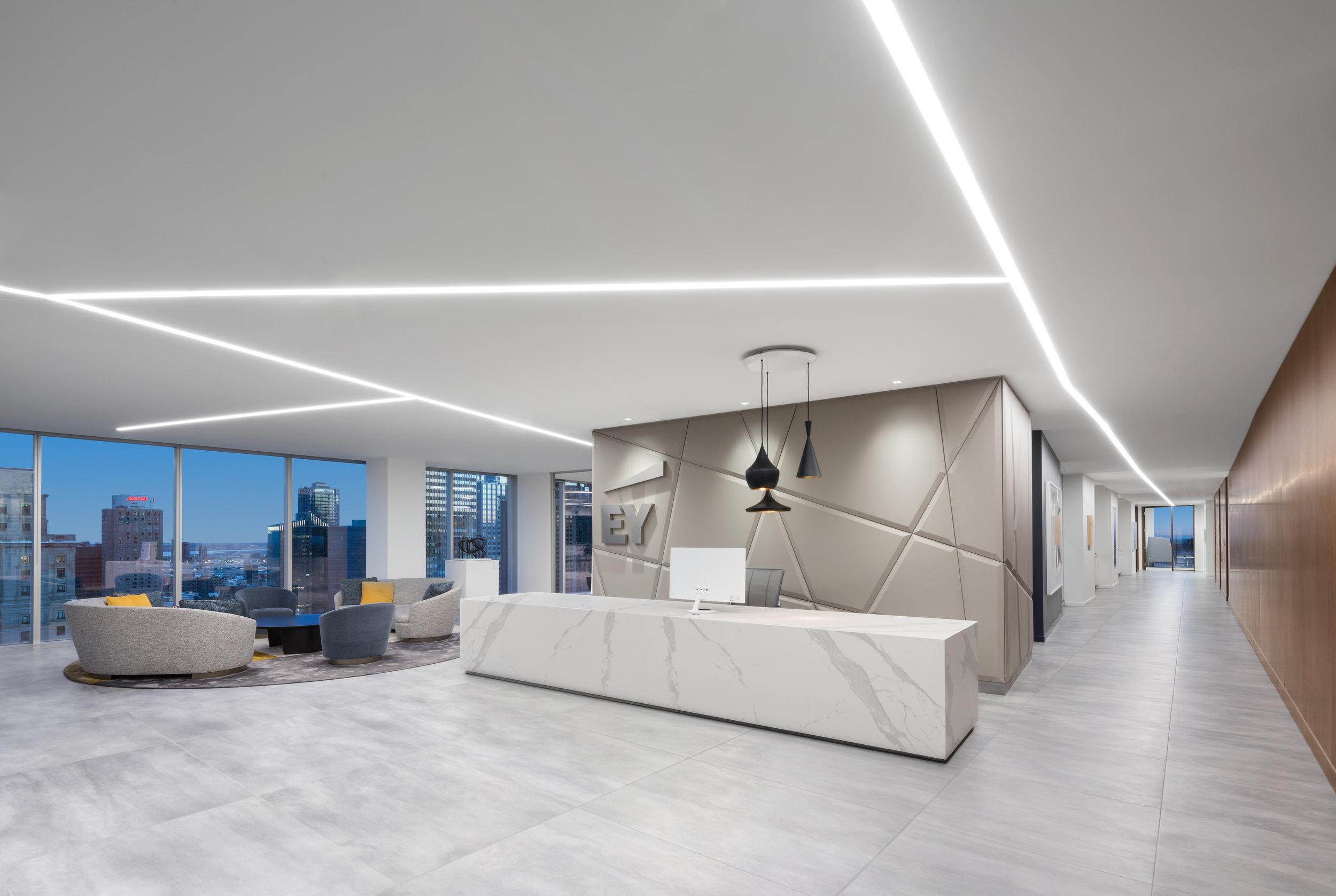 EY – Bureaux   Aménagement et design des nouveaux bureaux de la firme EY, se déployant sur 3 étages et accueillant les 800 employés, dans la Maison Manuvie [900 de Maisonneuve Ouest].