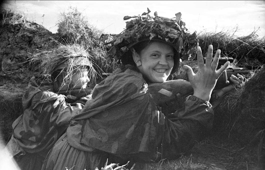 Sniper Aleksandra Shliakhova, boasting how many Germans she has killed, 1943. Source: Rossiiskii gosudarstvennyi arkhiv kinofotodokumentov [RGAKFD] 0-286776. (V.P. Grebnev)