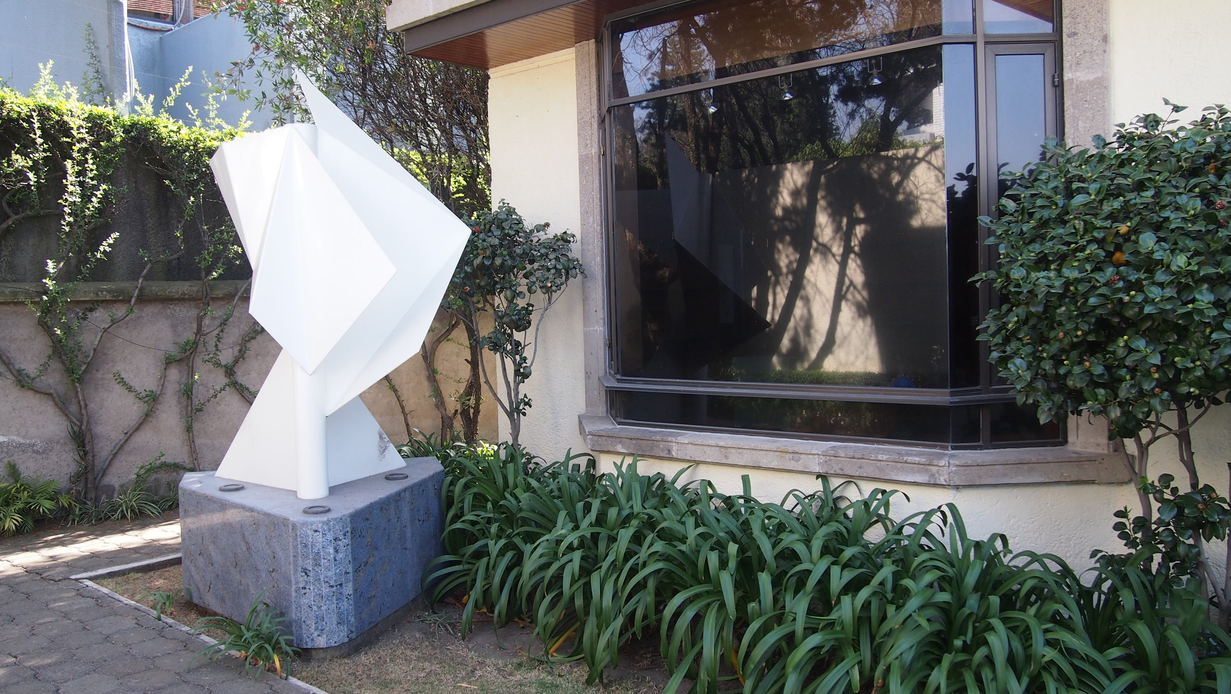 jardin frontal con escultura y base.JPG