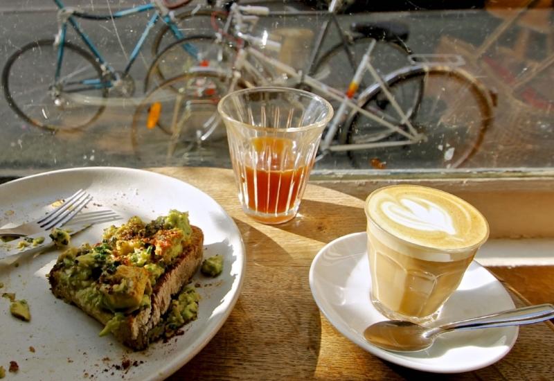 fragments-coffee-shop-cafe-de-specialite-latte-filtre-piccolo-avo-avocado-toast-avocat-tartine-velo-hipster