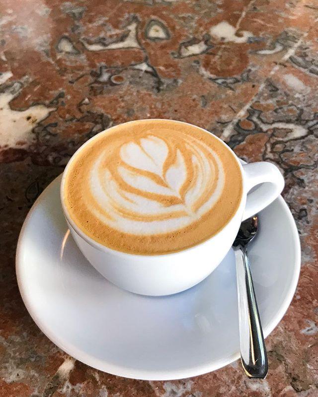 On sait que le lait peut atteindre un équilibre gustatif et tactile quand il est moussé d'une façon spécifique, avec la bonne quantité d'air introduit, le bon mouvement et pendant une durée contrôlée. Mettez moins d'air que ce que cet équilibre demande et le café sera moins onctueux, plus lourd. Mettez plus d'air et la mousse sera plus sèche et le lait plus aqueux. Changez la position du pichet et... bref, vous avez compris. 👇🏼 Conclusion : le lait devrait toujours être moussé de façon optimale et pas différemment en fonction des boissons ! D'ailleurs, le café de spécialité tend à différencier ses boissons lactées en fonction des ratios lait-cafe. Pas en fonction de la quantité de mousse 🙄 👆🏼 Si on sait que c'est bon, c'est le principal. On ne va quand même pas servir des boissons moins bonnes sous prétexte qu'elles correspondent aux standards traditionnels ?! Surtout que le café de spécialité se positionne en rupture avec la consommation traditionnelle de café. Restons cohérents s'il vous plaît ! 😁😉 Si vraiment vous insistez pour avoir plus de mousse dans un cappuccino que dans un flat white ou un latte, adaptez votre méthode de versement plutôt que la qualité de la mousse. Donc pour un cappuccino, versez directement le lait dans la tasse et dessinez un cœur (le motif qui fait que plus de mousse sort du pichet). Pour un café avec moins de mousse, enlevez la quantité de mousse que vous voulez en versant d'un coup sec les premières gouttes dans un récipient tiers (la mousse est ce qui sort en premier du pichet). Et faites des rosettas. #Cappuccino #FlatWhite #SteamedMilk #MicroFoam #CoffeeAndMilk #MilkAndCoffee