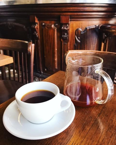 baristas-associes-coffee-shop-paris-cafe-de-specialite-specialty-coffee-communaute-clientele-client-customer-service-marche-francais-codes.jpg