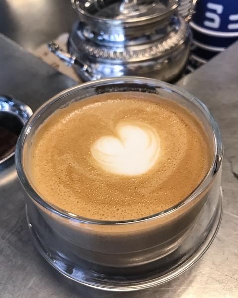 le-cafe-alain-ducasse-coffee-shop-paris-gastronomie-espresso-cafe-de-specialite-specialty-france-barista-guide-baristas-et-associes-cappuccino-lait-latte-art.jpg