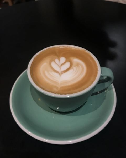 5-pailles-coffee-shop-paris-cappuccino-latte-art-flat-white-espresso-cafe-de-specialite-specialty-france-barista-guide-baristas-et-associes.jpg