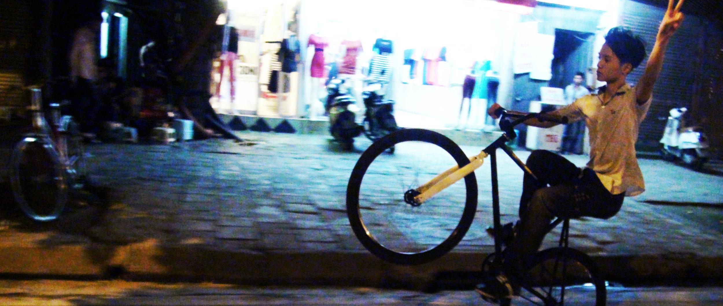 Garçon à vélo dans les rues de Hanoi. Crédit : A. Miquet, 2013